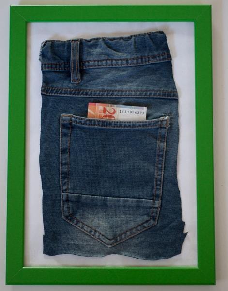 Geld in Jeans-Tasche (hinten)