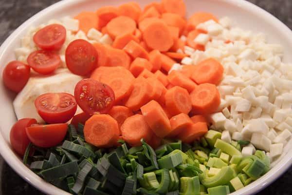 gute Zutaten für die Hühnerbrühe - fertig gerüstet
