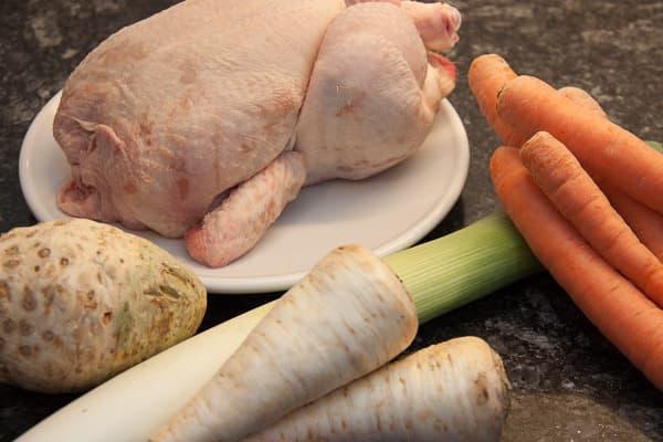Zutaten für eine Hühnerbrühe